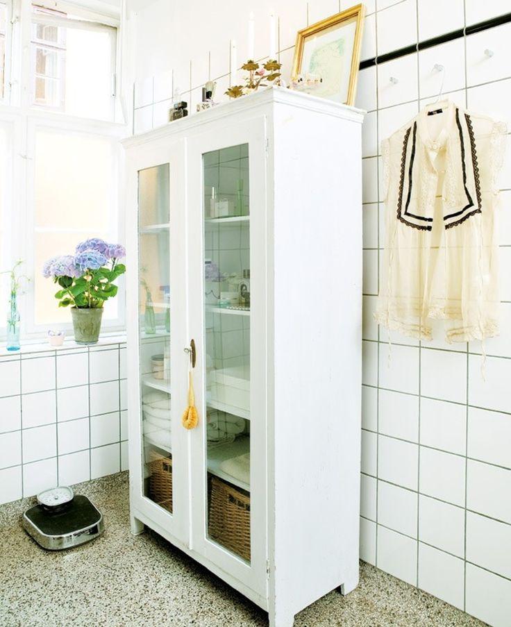 2. TILFØR CHARME MED ET FINT MØBEL. Har du et ældre badeværelse, som savner lidt charme? Gå på jagt efter et møbel, som kan stjæle opmærksomheden fra de kedelige omgivelser. Det kan være et gammelt skab som dette, men en elegant stol er også et...