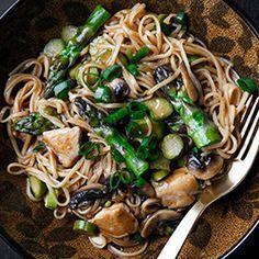Makaron chow mein z kurczakiem, szparagami i pieczarkami   Kwestia Smaku