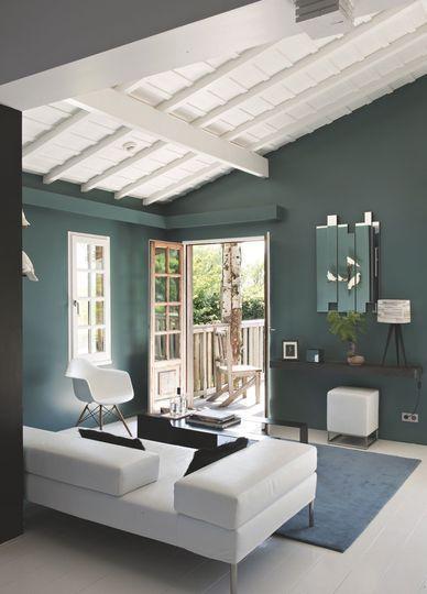 Décoration Salon / Le salon ose le vert profond et la charpente blanchie - Côté Ouest refait la déco du salon - CôtéMaison.fr