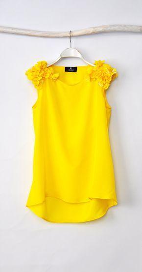 a yellow blouse = una blusa amarilla