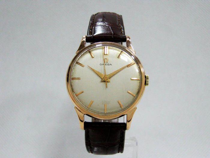 Omega - Men's Watch - 1961  Omega horloge met Omega Caliber 285 beweging. Met een frequentie van 18.000 trillingen per uur en een geschatte power reserve van 43 uur. Vervaardigd in 1961.18 kt gouden case meten van 34 mm in diameter.Witte wijzerplaat met reliëf van de markeerders.Bruin lederen riem 20 cm lang.Totale lengte: 235 cmTotale gewicht (inclusief riem en verkeer): 38.6 gBevat geen vak of documentenOnderzocht door onze eigen horlogemakerGeregistreerd verzekerde verzending  EUR 660.00…