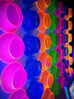 Neon plastic bowls as a backdrop decoration idea.
