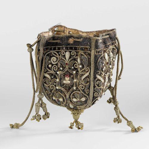 Buidel van paars fluweel, bestaande uit vier pattes waarop afwisselend het gekroond monogram 'DG' of 'ML' of twee verstrengelde handen onder een brandend hart, geborduurd met veelkleurige zijde, gouddraad, parels, lovers en robijnen, anonymous, c. 1600 - c. 1625 - Rijksmuseum