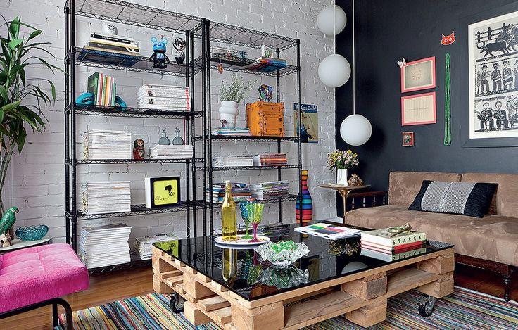 Repare na mesa feita com palete e rodízios no escritório da designer de interiores Erika Karpuk