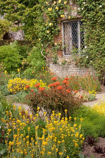England - Kent - Sissinghurst Castle - Cottage Garden - 6th May 2011 -27 | Flickr - Photo Sharing!