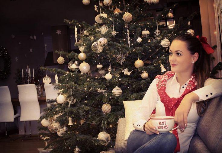 """55 kedvelés, 5 hozzászólás – Brigitte (@brigitte.blog) Instagram-hozzászólása: """"Food coma 😄#movietime #foodcoma #christmas #happyholidays #redlips #instamood #instahun #magyarig…"""""""