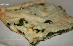 L'erbazzone è una torta salata tipica dell'Emilia Romagna: una torta preparata con un impasto veloce senza lievito e ripiena di bieta e spinaci, con qualche variazione carnivora, per chi la gradisce, ad esempio con l'aggiunta di mortadella o salsiccia. La cosa bella di questa torta salata è l'impasto della crosta: un impasto facilissimo, veloce ed economico, con pochissimi grassi, che va benissimo come sostituto della pasta sfoglia.  Da quando ho scoperto questo impasto, infatti, non compro…