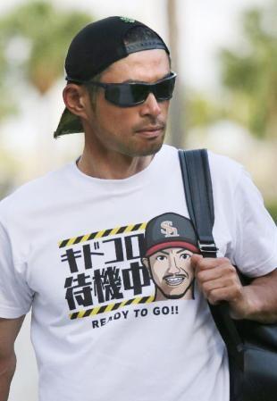 ソフトバンクの城所が描かれたTシャツを着て、球場入りするマーリンズのイチロー(共同)