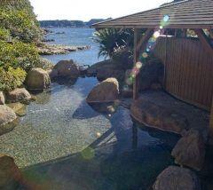 和歌山で人気の温泉地の勝浦温泉の旅館ホテルなぎさやは海を臨む露天風呂がある絶景の旅館 泉質もとてもよくて気持ちいいですよ 夕食に出てきたマグロステーキがとっても美味しかったです(  tags[和歌山県]