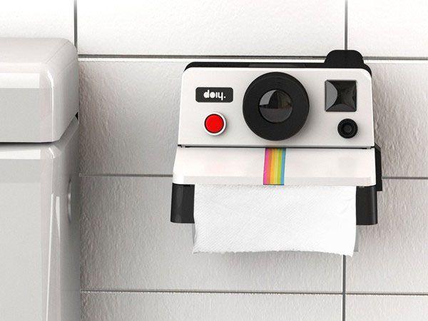 De polaroid mag dan al lang verdrongen zijn door de digitale camera, als retro decoratie is hij nu weer helemaal in. Deze toiletrolhouder ziet er precies uit als het oude vertrouwde fototoestel. Als je de wc-rol afwikkelt, lijkt het zelfs alsof er een foto uit komt gerold. Ook al valt de Big Brother factor uiteindelijk nogal mee (want geen echte foto's), het blijft natuurlijk wel een cool gadget. Misschien zelfs een nieuw tijdverdrijf voor op het toilet: gekke gezichten en poses maken voor…
