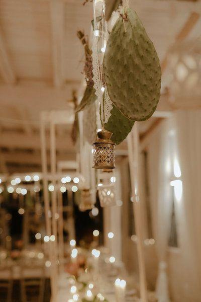 Amsicora - centrotavola fichi d'india per matrimonio a Manduria - hanging lanterns and cactus leaves for southern wedding
