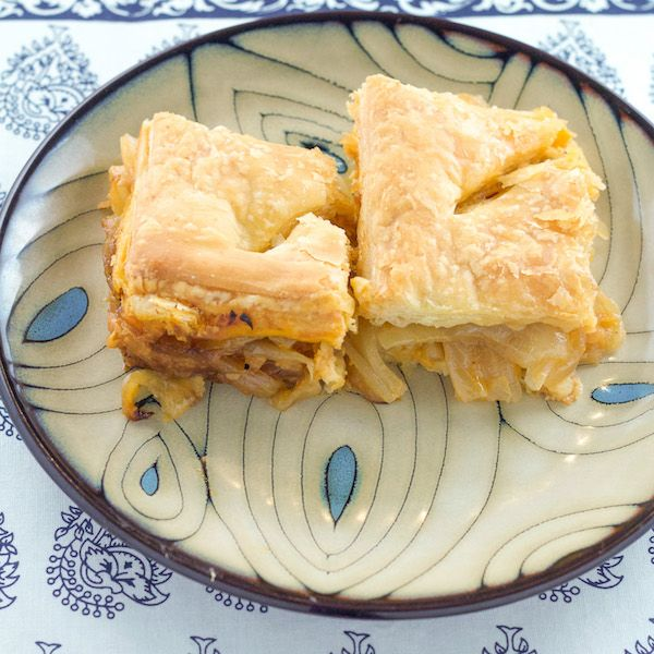 A delicious Greek onion pie recipe that is simple to make. This Greek dish comes from the island of Mykonos.