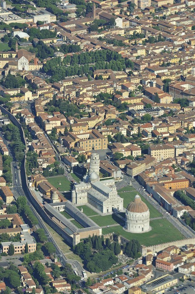 Torre pendente di Pisa Η σημερινή Πίζα είναι αρκετά αναπτυγμένη πόλη από οικονομική και πνευματική άποψη. Η πλατεία του Καθεδρικού Ναού (Piazza del Duomo) της πόλης αποτελεί από το 1987 Μνημείο Παγκόσμιας κληρονομιάς της UNESCO .