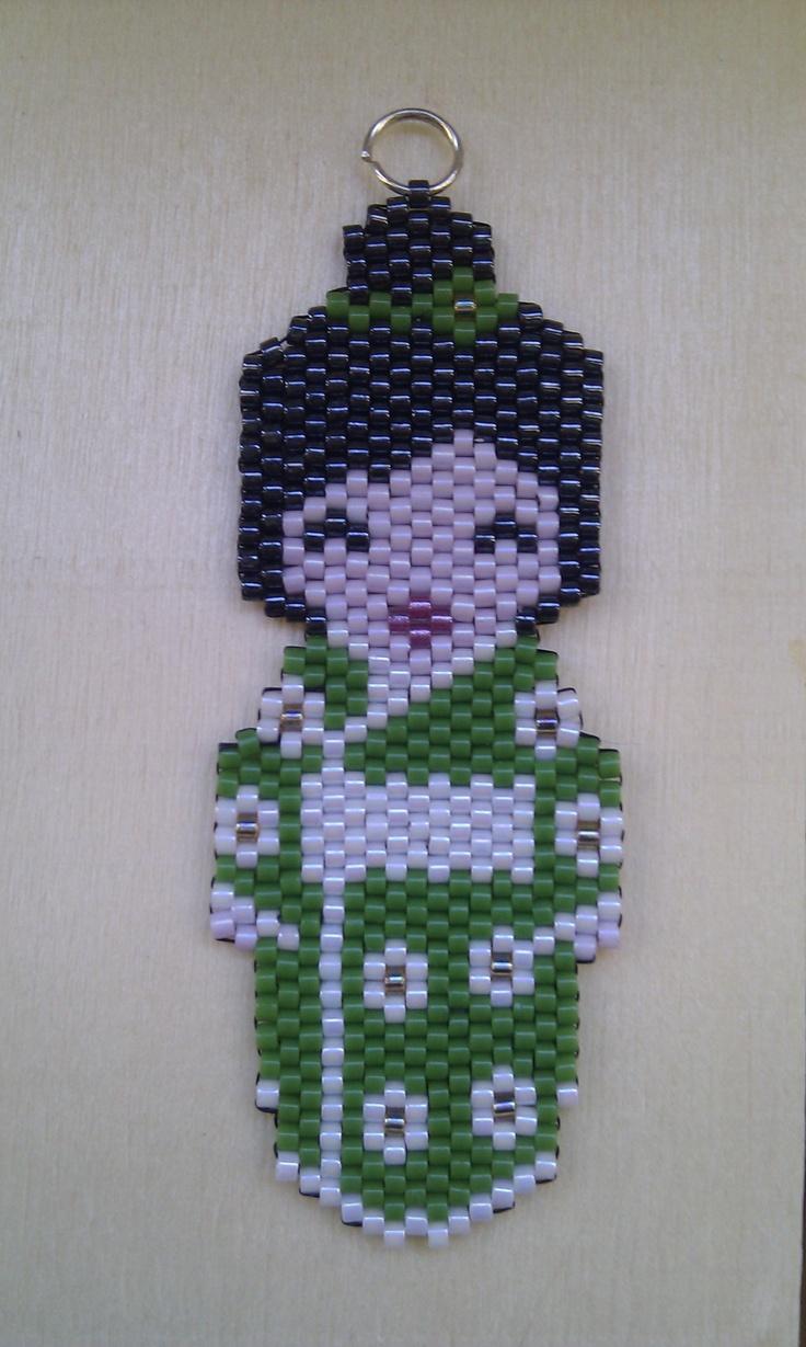 Kokeshi verde y con moñete