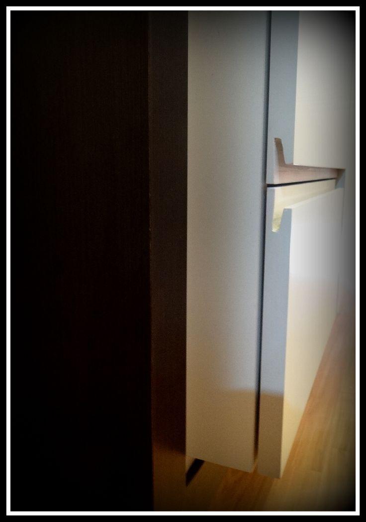 Mueble bifé, enchapado en duotono  Detalle de tirador oculto en los cajones del mueble.