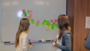 Opiskelijoita ideoimassa opetusta, Ritaharjun ilmiöpohjainen