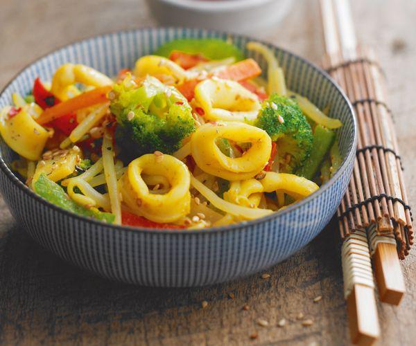 Amateurs de cuisine asiatique, cette recette facile de wok de calamars aux légumes est faite pour vous. À vous de jouer.
