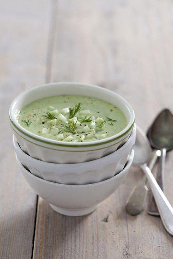 Een verfrissende koude soep voor op een warme dag. Ook heerlijk verkoelend na het sporten. Benodigdheden 1 komkommer, geschild en in blokjes 2 bosuitjes, i