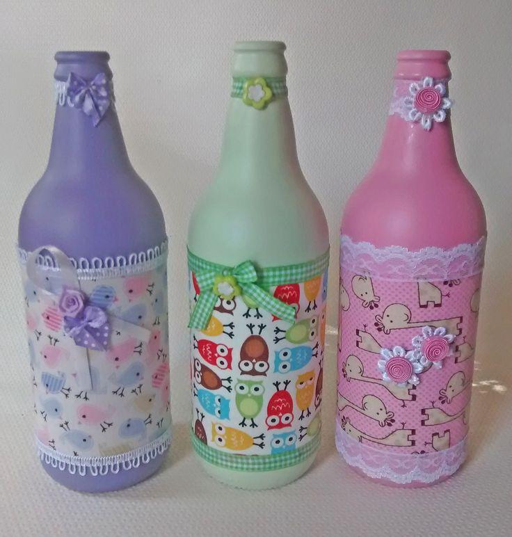 Trio de Garrafas Decorativas    Cor: rosa, lilás e verde  Preço refere-se a 3 unidades.    Obs: Todas as peças são artesanais, pintadas em tinta acrílica, que pode sofrer alterações de estampas, rendas, passamanarias e adereços. Em caso de duvidas, consulte-nos, estamos a disposição!    Opção de ...