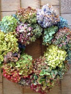 Une couronne d'hortensias : Une bonne idée créative pour l'intérieur ou l'extérieur.