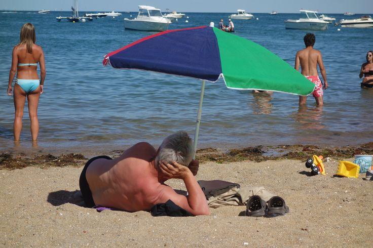 Zo werkt een parasol echt niet. Zelfs als je wel in de schaduw ligt krijg je nog veel UV licht via zand en zee. Pas op dus, aan het strand.