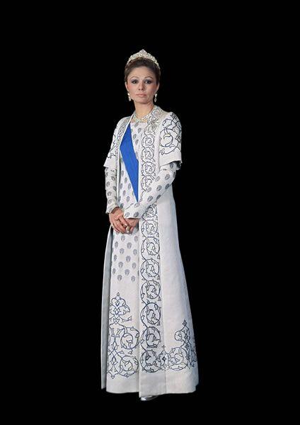 Farah con un vestido blanco de gala con bordados típicos iraníes.