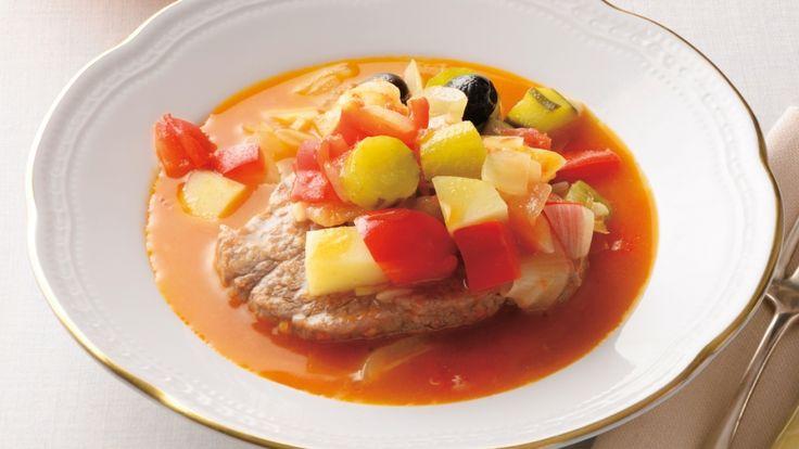 土井 善晴さんの牛ヒレ肉,たまねぎ,じゃがいも,きゅうりを使った「ボイルドビーフのミネストローネ」のレシピページです。牛ヒレ肉を2分間、ミネストローネのスープに沈めてボイルします。「おいしいを楽しむ」お料理です。 材料: 牛ヒレ肉、たまねぎ、じゃがいも、きゅうり、パプリカ、トマト、にんにく、黒オリーブ、赤とうがらし、パルメザンチーズ、塩、こしょう、オリーブ油、水