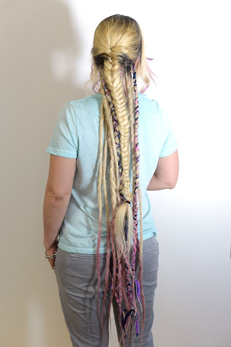 This is my friend Michelle that came in to get her dreads fixed for the festival season in Sweden. She has dreadlocks in the under part of her hair that we gave some lovin and decorated with yarn etc to make them spark more. Oh how I love decorating dreadlocks. Who else want dreadlock decorations?