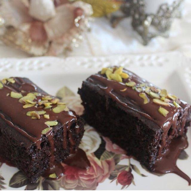 Denemenizi şiddetle tavsiye ediyorum Adının hakkını veren şöyle ıslak ıslak bir nemli kek isteyen arkadaşlar buyrun çikolatalı ıslak kekimiz  ÇİKOLATALI ISLAK KEK Malzeme 4yumurta (oda sıcaklığında) 2çay bardağı tozşeker 2çay bardağı süt 2çay bardağı sıvıyağ 2 paket kabartmatozu 1vanilya 1paket  çikolata sosu (toz olarak ilave ediyoruz) 2yemek kaşığı kakao 3 su bardağı un Yumurta ve şeker iyice kabarana kadar çırpılır. (Iki misli bir kabarma olacak şekilde ) Süt ve sıvıyağ ilave olur b...