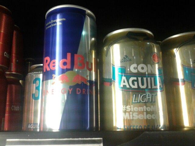 En una lata de Red Bull (250 milímetros), se tienen 27 mg de azúcar, 1000 mg de Taurina, 600 mg de glucoronolactona y 80 mg de cafeína, siendo éstos los componentes principales.