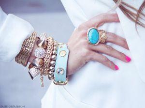 Gouden en Blauwe Armbanden -- Gold and Blue Bracelets.