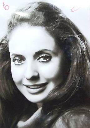 Ayten Gökçer ~ 1953 yılında Ankara Devlet Konservatuarı'nın bale bölümüne girdi. 1958 yılında Devlet Tiyatroları sanatçı kadrosuna girdi. Sinema'ya 1965'de Taçsız Kral adlı filmle başladı. Ancak daha sonra sinemadan daha çok tiyatroya önem verdi. Yedi Kocalı Hürmüz adlı müzikalde Hürmüz rolü ile başrolde oynadı.