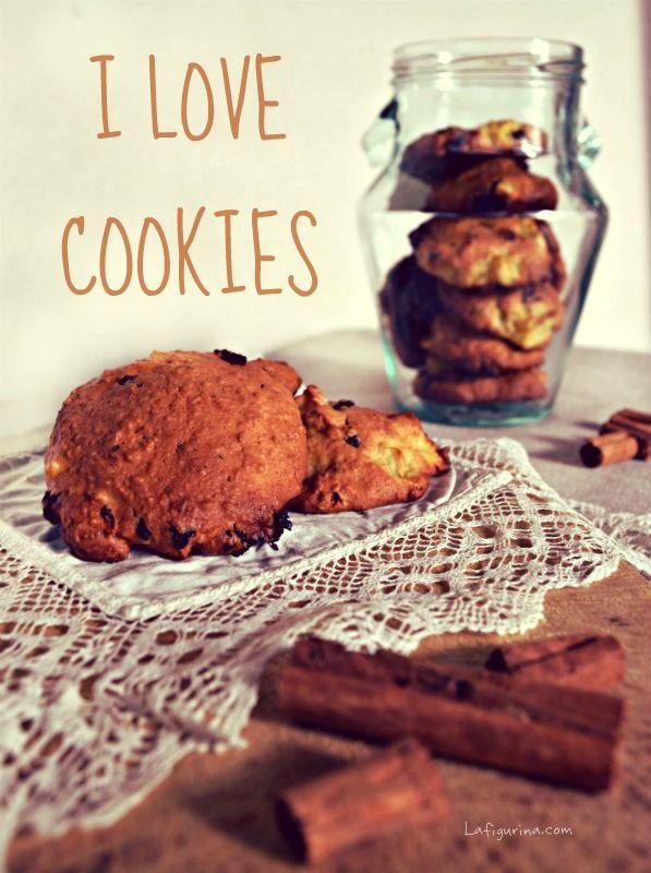 I biscotti mela e cioccolato sono speciali per via del loro cuore morbido e delicato, composto da pezzetti di mele, gocce di cioccolato e farina di avena