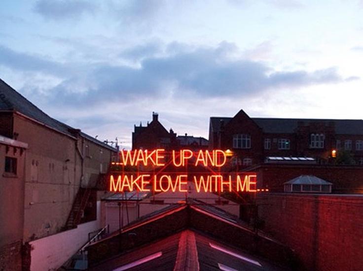 """""""12 MONTHS OF NEON LOVE"""": projeto dos britânicos Victoria Lucas e Richard Wheater transformaram letras de músicasem instalações gigantes  em neon"""