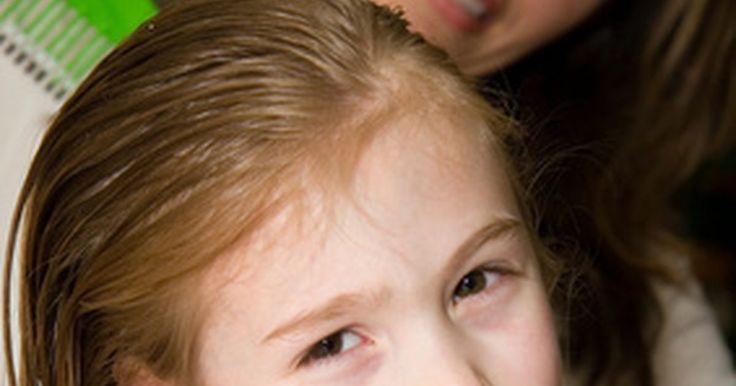 Como fazer cabelo de criança crescer em um mês. O cabelo de todo mundo cresce em velocidades diferentes, e a média é entre 1cm e 2 cm por mês. Infelizmente, não há nenhuma fórmula mágica para fazer o cabelo das crianças crescer muito mais rápido do que a velocidade normal, mas há algumas coisas que você pode fazer para ajudá-lo a ficar maior, mais forte e mais saudável. Foque na força e na ...