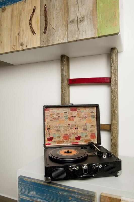 #interioris #interior #design #interiordesign #pareteattrezzata #reclaimedWood #oggettirecuperati #scala #pioli #tintenaturali #recupero #riusio #artdesign #fashion #libreria #living #livingroom #home #complements