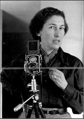 """GISÈLE FREUND: """"El verdadero valor de una fotografía depende de la habilidad del fotógrafo para seleccionar entre un cúmulo de detalles, que llaman la atención y que confunden a la vez, aquellos que le parecen los más característicos. Los conocimientos técnicos no son decisivos, lo más importante es saber ver (...) La fotografía es la total falsificación de la realidad."""""""