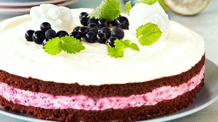 Kirpeän raikas mustaherukka sekä makea valkosuklaa sopivat hyvin yhteen ja tekevät kakusta herkullisen tarjottavan juhlapöytään.