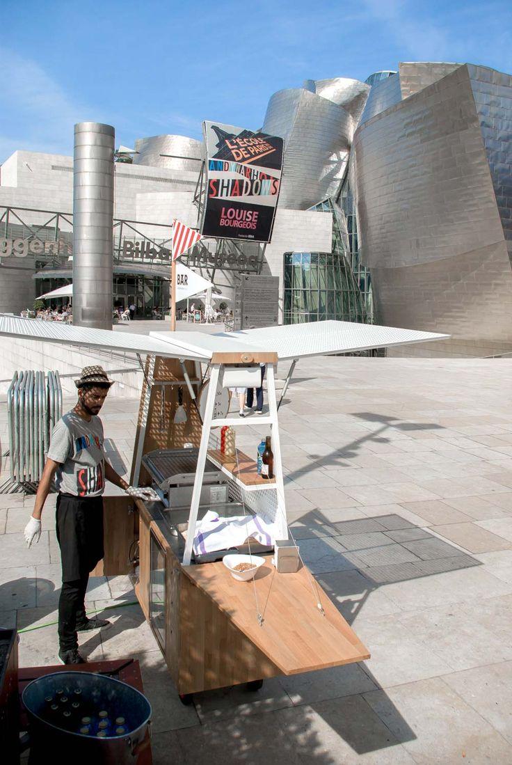 Bistró Guggenheim es uno de los dos restaurantes del museo Guggenheim de Bilbao. Desde su cocina intentan desarrollar una propuesta gastonómica que combina la tradición con la innovación. Por ello, cuando pensaron sacar sus platos más allá de los muros del museo, decidieron hacerlo a través de algo tan típico como un puesto ambulante, pero reinterpretado por […]