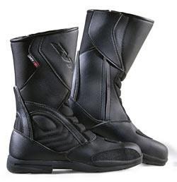 Bota touring impermeable fabricada en piel y cordura lo que la hace muy flexible y a la vez cómoda de llevar, el cierre es de cremallera más velcro y la bota tiene un peso muy reducido.