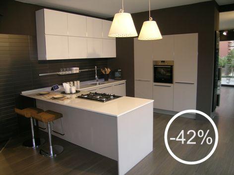 cucina One+ Ernesto Meda Outlet . anta in laminato HPL larice grige con bordo in alluminio. Piano in okite bianco