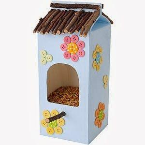 Manualidades para niños: Casa para pájaros hecha con caja.