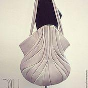 Купить или заказать сумка кожаная 'Орхидея' красная в интернет-магазине на Ярмарке Мастеров. 'Орхидея ' Размеры: 60/40/37 см. Очень красивая и удобная сумочка средней вместительности на каждый день. Способ ношения - на плече и локте. Материал - кожа средней плотности. Тип замка - только магнитные кнопки. Внутри - одно отделение и 2 кармана (на молнии и…
