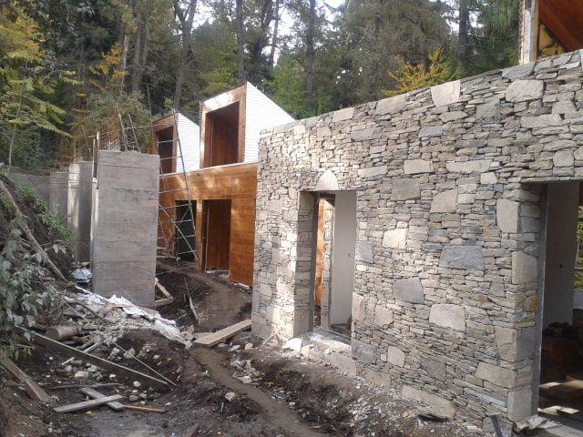Galería de En Construcción: Kalasur Apart Hotel 3 estrellas + Vivienda unifamiliar / Servente & Larrazabal Arqs - 12