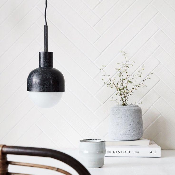 O lampa suspendata semisferica cu o forma simpla, dar extravaganta prin materialitatea pretioasa.