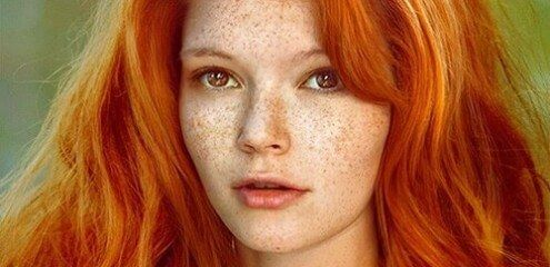 """""""Wie is dat roodharige meisje naast jou? Dat arm kind heeft nog meer zomersproeten dan er sterren in het heelal zijn!"""" (pg 20) James, het spook dat alleen Gwendolyn kan zien, bedoelt hiermee Lesley, de beste vriendin van Gwendolyn die altijd zeer vrolijk is en te eerlijk. Het meisje op de foto zou perfect in deze rol kunnen kruipen."""