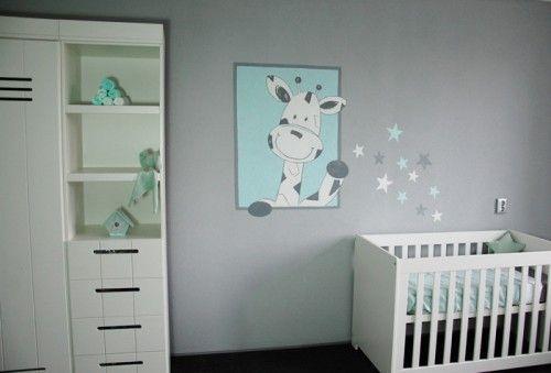 Giraf babykamer muurschildering gemaakt op grijze spachtelputz (structuur). De giraffe strooit sterretjes over het bedje, kan natuurlijk aangepast worden naar wens. Gemaakt door BIM Muurschildering.