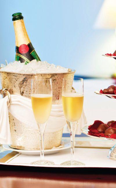 Overnatting på dobbeltrom med sjøutsikt og femretters middag er en opplevelse hun ikke glemmer. Romantikk ved havet er en perfekt bryllupsgave, jubileumsgave, eller når du vil overraske din kjære med en ekstra flott opplevelse!