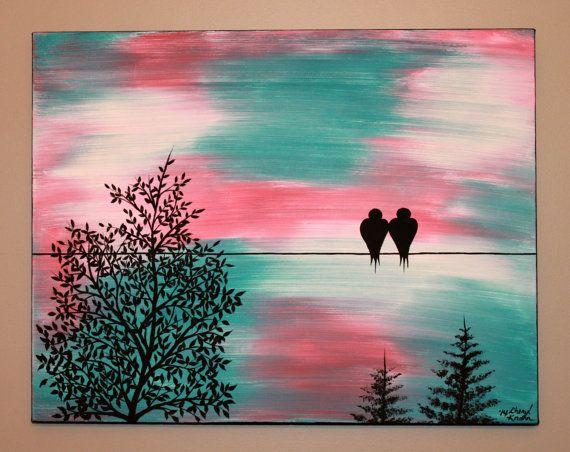 Jai intitulé ce morceau « Time Stands Still ». Il sagit dune peinture originale.  Ils disent que lorsque vous rencontrez lamour de votre vie, le temps sarrête, et cest vrai. Ce quils ne vous disent pas, cest que quand elle redémarre, il se déplace très vite pour rattraper son retard . ~ Edward Bloom (citation de Big Fish)  Les couleurs de fond, jai utilisé dans cette pièce sont teal, corail et blanc. Les arbres, fil et les silhouettes doiseaux sont peint en noir.  Les bords de la toile sont…