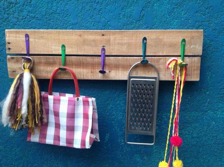 Perchero de madera reciclada con cucharitas de aluminio en - Utencillos de cocina ...